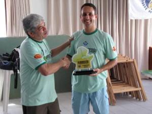 Armandinho entrega o troféu ao campeão.