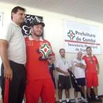 Ednilson recebe o troféu de Campeão Adulto Ouro