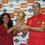 Maria Antônia entrega a taça ao Campeão