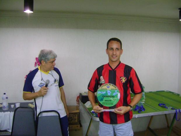 Armandinho - AABB Recife entrega o troféu ao Campeão Pena
