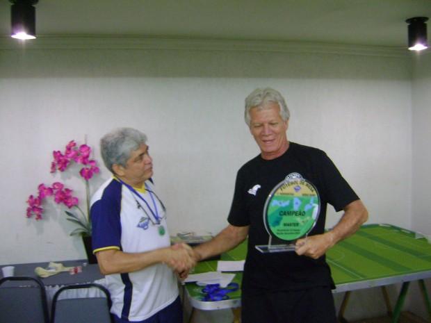 Armandinho da AABB Recife entrega o traféu ao campeão Roberto
