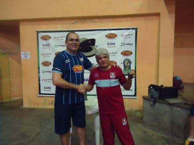 Éder entrega o troféu a Armandinho