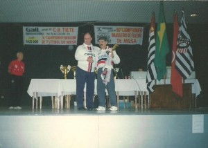 Representando o Santa Cruz e recebendo premiação no Brasileiro 12 Toques